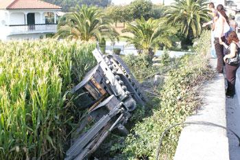 Retroescavadora caiu de camião