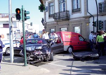 Colisão provocou três feridos