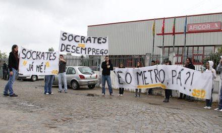 JSD-Trofa  protesta frente a José Sócrates contra cancelamento do metro no concelho