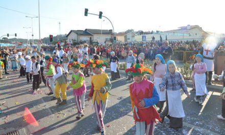 Desfile de carnaval sai à rua no domingo