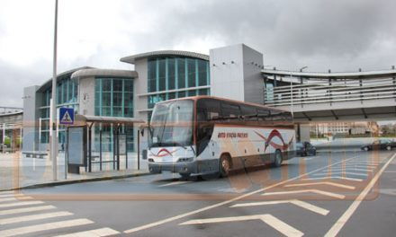 Autocarros fazem carreiras pela estação de comboios