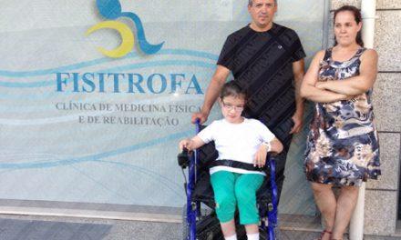 Lara recebe cadeira de rodas elétrica
