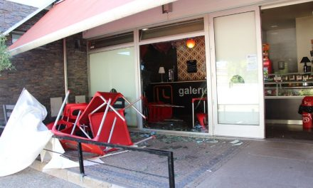 Partiram vidro mas não conseguiram assaltar café