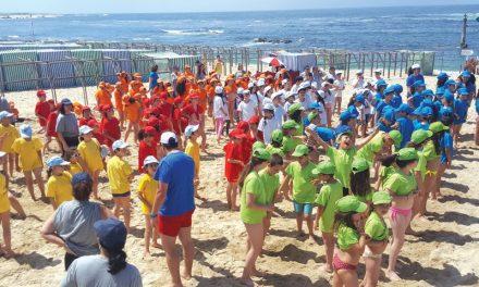 Mais de mil crianças foram à praia