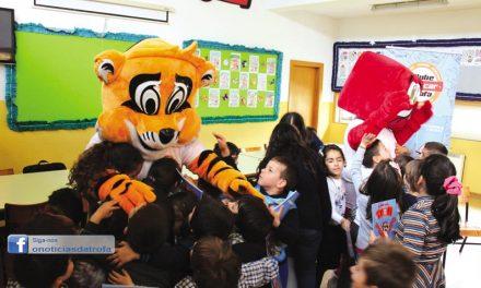 Trofi continua visitas pelas escolas para oferecer livro