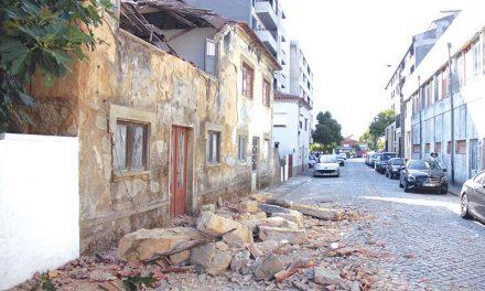 Desmoronamento  de casa danifica viatura