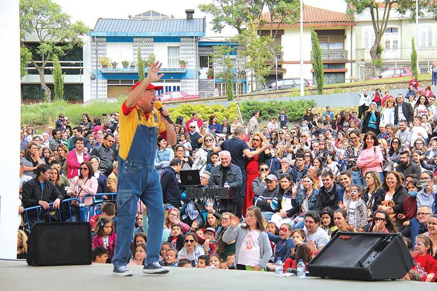 Avô Cantigas fez as delícias das crianças (c/ vídeo)
