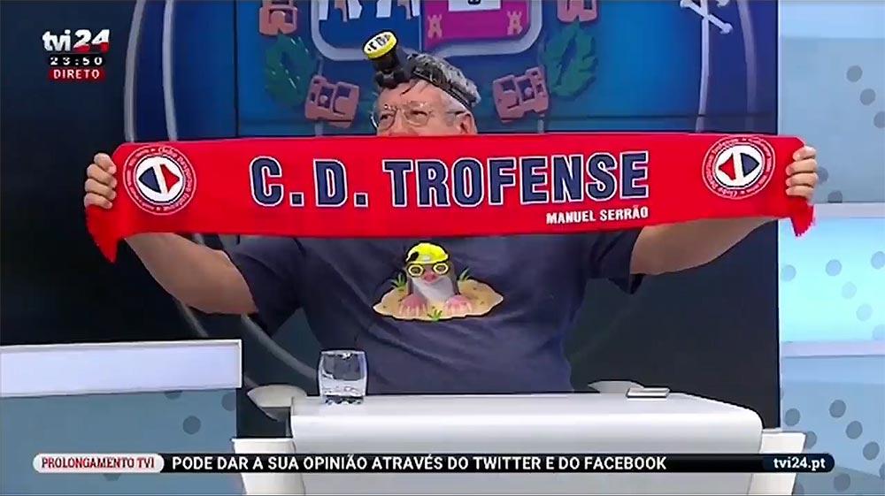 Comentadores da TVI com cachecóis do Trofense