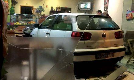 Carro destrói montra de café