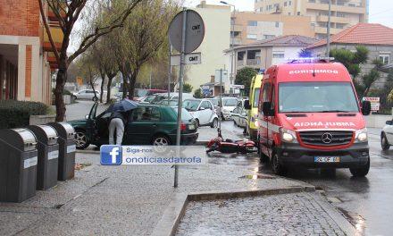 Mulher ferida em colisão entre automóvel e mota
