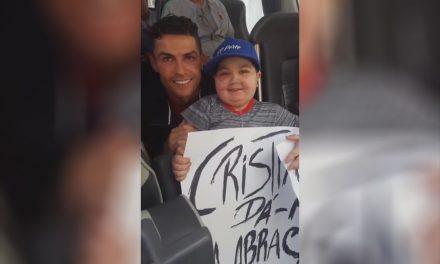 Ronaldo para autocarro da seleção para abraçar o Eduardo, uma criança de S.Romão do Coronado (c/videos)