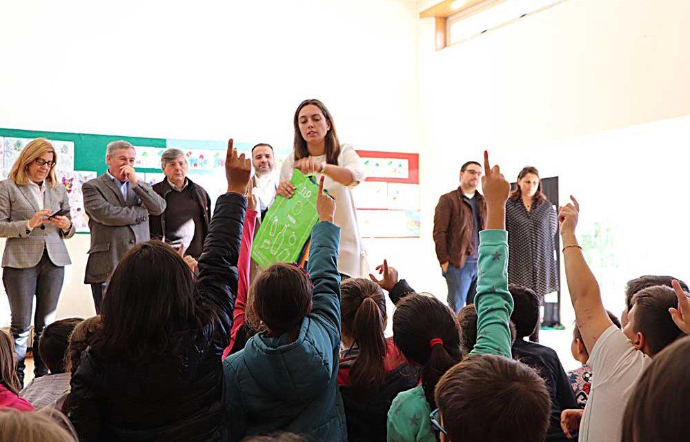 Escolas recebem sacos ecológicos e ecopontos