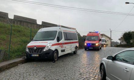 Colide com ambulância e foge